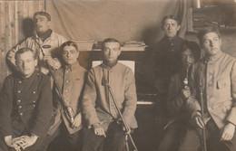 CARTE PHOTO A SITUER SEPT MILITAIRES FUMANT LA PIPE GUERRE 1914 1918 - Da Identificare