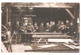 SUPERBE CARTE PHOTO ECRITE DE LEVALLOIS PERRET 1908 : SCIERIE - MENUISERIE - OU ?  - MENUISIERS & COMPAGNONS -zR/Vz - Artisanat