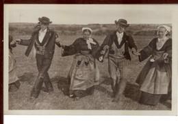 FOLKLORE -  Coutumes Mœurs Er Costumes Bretons - Gavotte Bretonne - Danses