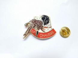 Superbe Pin's Pins En Zamac , Chasse , La Chaussée , Chien Setter , Oiseau Faisan - Animali