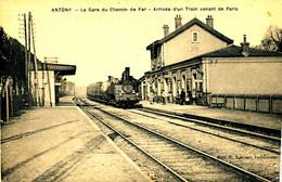 AT 194  /  C P A   ANTONY   (92)  LA GARE DU CHEMIN DE FER ARRIVEE D'UN TRAIN VENANT DE PARIS - Antony