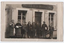 CARTE PHOTO : L' HOTEL DE LA MADELEINE - LES PROPRIETAIRES - LES HOTES ET LES CLIENTS -z 2 SCANS Z- - Da Identificare