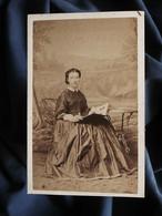 Photo CDV Gustave Au Mans - Jeune Femme Regardant Un Album Photos, Second Empire Circa 1860-65 L560 - Old (before 1900)