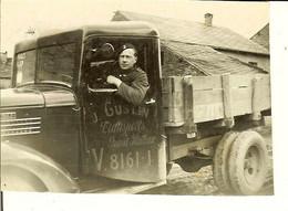 Vieille Photo D'un Soldat Près D'un Camion J.GUSTIN Transports GRAND-HALLEUX En Séjour à Ottré ( Vielsalm ) 1940 . - Guerra, Militari