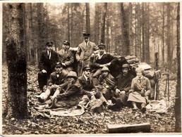 Photo Originale Groupe Familial Ou Conscrits En Forêt Vers 1920/30 - Jeunes Garçons & Casquettes D'Uniformes - Personnes Anonymes