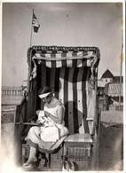 Photo Originale Jeune Femme à La Broderie En Cabine De Plage à Arendsee (Altmark) En 1926 & Drapeau Château - Personnes Anonymes