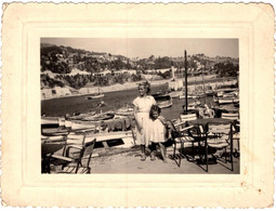 Photo Originale Mère Et Fille Posant Devant Le Le Port De La Darse Face à La Rade De Villefranche-Sur-Mer (06230) 1951 - Lieux