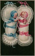 Illustrée Gaufrée:un Bébé Bleu Et Un Bébé Rose  Dans Les Dentelles - Bébés
