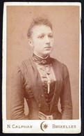 VIEILLE PHOTO CDV  - JOLIE JEUNE FILLE ( TURQUE ? ) - YOUNG GIRL - MODE - Photo Orientale N. CALPHAS Bruxelles - Old (before 1900)
