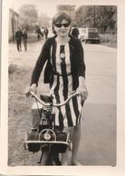 Photo Originale Jeune Fille Avec Son Solex , Années 1960 - Andere
