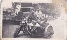 Photo De Particulier WW2 Rhône Lyon Libération Caserne De La Part Dieu Moto Side Car Marqué F F I  RARE Réf 9436 - Lieux
