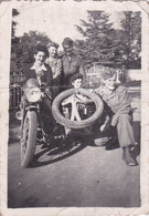 Photo De Particulier WW2 Rhône Lyon Libération  Moto Side Car Marqué F F I  Avec Résistants & Résistantes RARE Réf 9438 - Lieux