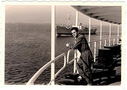 Photo Originale Mécano Marin Sur Un Pont De Paquebot Croisant Un Plus Petit Cargo Vers 1950/60 - Schiffe