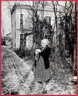 PHOTO Photographie De Presse : Devant La Maison De Paul LEAUTAUD Ecrivain (92 FONTENAY-aux-ROSES) 1872 * Femme Et Chat - Places