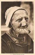 La Bretagne Vieille Fumeuse De Pipe (Carte Vierge) - Bretagne