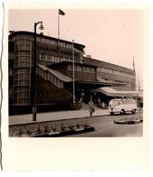 """Petite Photo Originale Un Volkswagen Combi Split Devant L'Aéroport De Hambourg - """" Flughafen Hamburg """" 1950/60 - Automobile"""