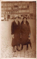 Carte Postale Photo STRASBOURG-67-Bas-Rhin-Femme En Costume-mode 1930 Place De La Gare - Chemin Fer - - Strasbourg