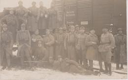 Carte Photo Souvenir De La Rhur Soldats Posant Sur Un Waggon - War 1914-18