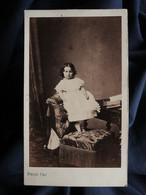 Photo CDV Franck à Paris - Jeune Enfant Debout Sur Un Fauteuil Au Revers, Second Empire Circa 1860-65 L562 - Oud (voor 1900)