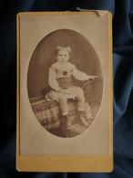 Photo CDV Madelaine à Houlgate - Jeune Garçon En Robe Assis Sur Une Table, Circa 1880 L562 - Oud (voor 1900)