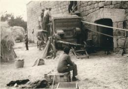LOZERE : Cagnot, Près Serverette, La Batteuse Devant La Ferme... Rare Photo Année 50-60 - Other Municipalities