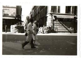 39/45 . LIBERATION DE PARIS .RUE DE RIVOLI . BARICADES . ANGLE RUE BRETAGNE ET SAINTONGE - Guerra, Militares