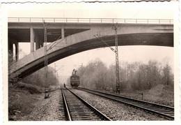 Photo Originale Arrivée D'un Train Electrique Au Passage D'un Pont Vers 1960 BB 9004 Ou Pas. - Eisenbahnen