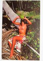 C.P.A. Couleur : TAHITI : Vahiné, Seins Nus : Un Rafraichissement Après Le Bain - Tahiti
