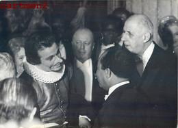 LE GENERAL DE GAULLE A LA COMEDIE FRANCAISE PRESIDENT DU TOGO NICOLAS GRUNITZKY CYRANO DE BERGERAC JEAN PIAT - Oorlog, Militair