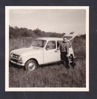 Photo Originale Vintage Snapshot Oldtimer Car Voiture Renault R4 4L Homme Et Chien Sur Le Mont Saint St Quentin Moselle - Coches