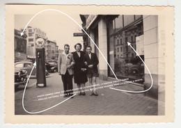 PHOTO ANIMEE LIEGE 1953 BOULEVARD DE LA SAUVENIERE , A GAUCHE CROSLY CINEMA / VIEILLES VOITURES, POMPE D' ESSENCE CALTEX - Luik