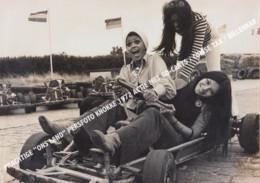 """PRACHTIGE """"ONS LAND"""" GROTE PERSFOTO KNOKKE 1972 ACTIE MET GO-CART / CUISSE TAX / BILLENKAR / GO CARTS GOCART - Knokke"""