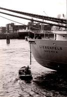 """Photo Originale Manœuvre Maritime, Amarrage Portuaire Périlleux En Bateau Du """" LIEBENFELS """" De Bremen Vers 1960/70 - Schiffe"""