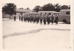 Photo De Particulier Groupe Gendarmes Garde Mobiles Ou C R S ? Devant Leur Véhicules Circa 50/60 Réf 9500 - Professions