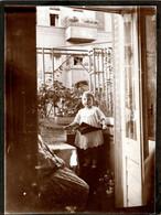 """Tirage Photo Albuminé Original Cartonné Fillette Au Parapluie & Robe à Dentelles Sur Balcon & Journal """" Morgenpost """" - Personnes Anonymes"""
