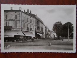 33 - BLAYE - Cours Du Général De Gaulle. (Café)  CPSM Rare - Blaye