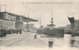 BREST : LE PONT NATIONAL OUVERT ENTREE D'UN CUIRASSE - Brest