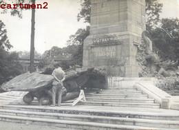 PHOTOGRAPHIE ANCIENNE : SAIGON SABOTAGE DU MONUMENT AUX MORTS PROFANATION DESTRUCTION DU MONUMENT GUERRE VIETNAM - Vietnam