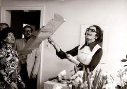 Photo Originale Superstitions - Jolie Jeune Femme Ouvrant Son Parapluie Renversé Et Visages Des Superstitieux Vs 1960/70 - Personnes Anonymes