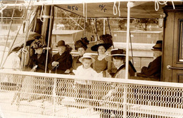 Carte Photo Originale Elégantes, Chapeaux Fleuris & Ombrelles Pour Excursion Maritime, E. Jelussich, Fiume-Abbazia 1911 - Boten