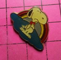 1215b Pin's Pins / Beau Et Rare / THEME : BD BANDE DESSINEE / CHIEN SNOOPY GLUPS ARC EN CIEL - Comics