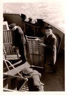 Photo Originale Groupe De Matelots Et Service Aux Passagers Installant Les Transats Sur Un Paquebot Vers 1950 - Bateaux