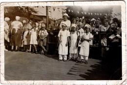 Photo Originale Petite Kermesse & Fanions à Croix Gammées Pour Apprentis Cuisiniers Déguisés Et Public, Geschäftspapiere - Personnes Anonymes