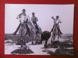 CAMARGUE MANADE JEAN LAFONT PHOTO GEORGE A ARLES 24 X 18 Cm - Persone Identificate