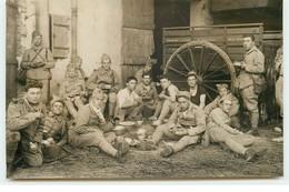 Carte Photo - Militaires Mangeant Dans Une Cour De Ferme - Voiture à Vivres Et Bagages - Guerre 1914-18