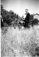 Photo Ancienne - Homme Portant Un Enfant Sur Sa Moto  MOTOBECANE ????   ( à Confirmer ?) - Other