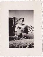 Photo Originale : Militaire - Militaria : Soldat Allemand En Pause - Jeune Homme Torse Nu - Guerre, Militaire