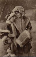 Vraie Photo Très Fine : Deux Jolies Femmes Au Chapeau De Dentelle Et Au Capuchon De Fourrure - Femmes