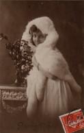 Vraie Photo Très Fine : Jolie Femmes Au Capuchon De Fourrure - Femmes