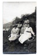 Carte  Photo De Quatre Femmes élégante Posant Assise A La Campagne Vers 1920 - Persone Anonimi